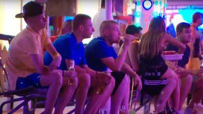 Ofensiva del Govern contra el alcohol: propone limitarlo en aviones, hoteles y zonas turísticas