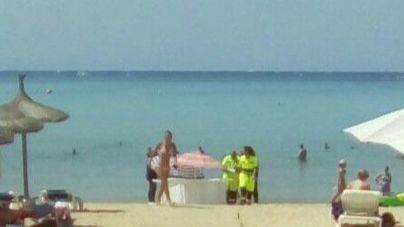 Un hombre de 83 años fallece en la Platja de Palma tras desplomarse al salir del agua