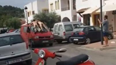 Detenidos por exhibirse desnudos encaramados en una furgoneta