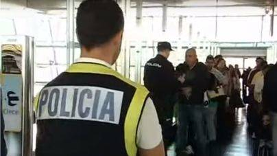 Los policías del aeropuerto piden repartir los vuelos para evitar el colapso en los controles