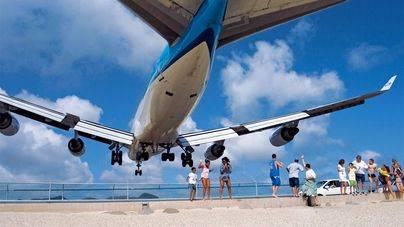 Un avión provoca la muerte de una mujer en una playa del Caribe