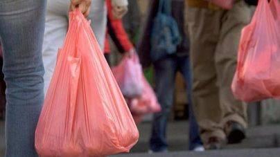 El Parlament pide acelerar la reducción de bolsas de plástico en comercios