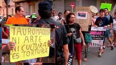 Primera corrida tras la aprobación de Toros a la Balear: gritos de 'asesinos' y petición de abolición