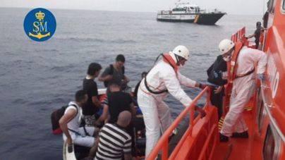 Interceptada una patera con 13 personas a bordo en aguas de Cabrera
