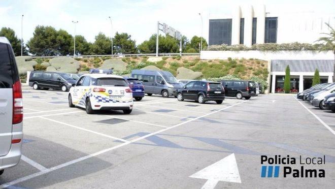 Los agentes comprueban que no haya nadie en la zona habilitada para taxis
