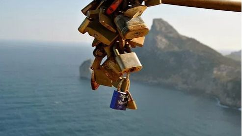 Limpian los 'candados del amor' del mirador del Colomer en Formentor