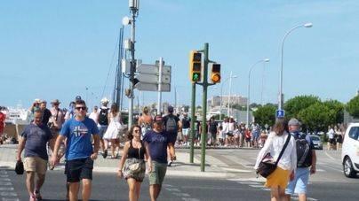 Los autobuses dejan a algunos cruceristas en el Moll Vell de Palma y a otros en Plaza de España