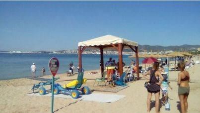 Rampas y equipamientos especiales hacen accesibles todas las playas de Palma