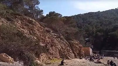 Una mujer, en estado crítico al caer desde un acantilado de la playa de Benirrás en Ibiza
