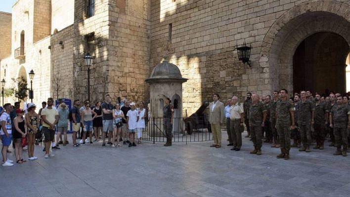 Ciudadanos anónimos y turistas se suman al minuto de silencio de la Comandancia frente a la Almudaina