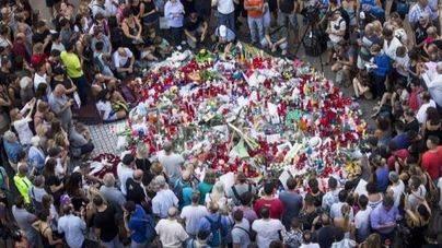 Cientos de ciudadanos se han acercado a Las Ramblas para dejar flores y velas encendidas