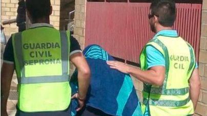 La Guardia Civil trasladando al detenido