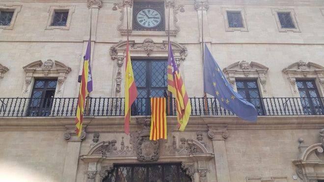 Cort cuelga la 'senyera' como muestra de solidaridad con el pueblo catalán tras los atentados