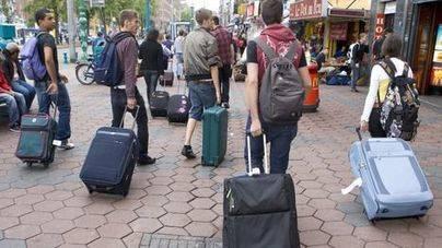 Los turistas siguen llegando a Ciutat para veranear en plurifamiliares