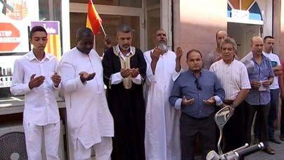 Se han reunido frente a una mezquita