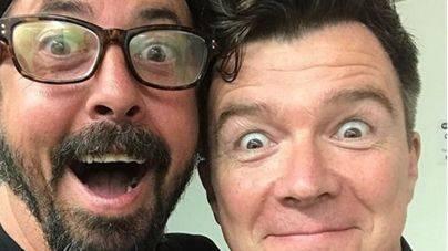 """Los Foo Fighters """"rickrollean"""" a sus fans en Tokyo con ¡Rick Astley!"""