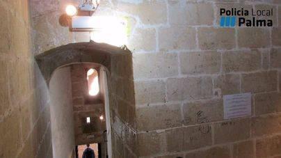 Cazados dos menores cuando pintaban una pared del Castell de Bellver