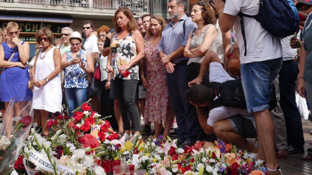 La presidenta del Govern rinde homenaje a las víctimas de los atentados de Barcelona y Cambrils