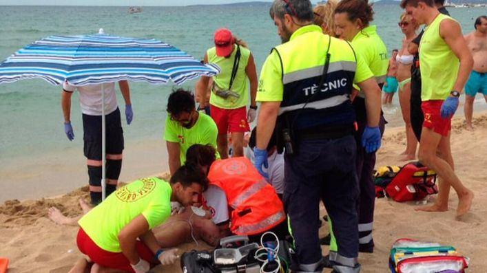 Los socorristas recuperan a un hombre en la playa de S'Arenal tras 40 minutos de reanimación