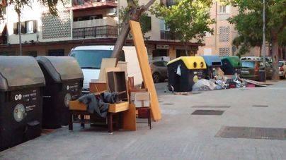 Basura y trastos se acumulan en una calle de Son Oliva