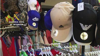 La Guardia Civil interviene 3.220 prendas falsificadas en 11 tiendas del norte de Mallorca