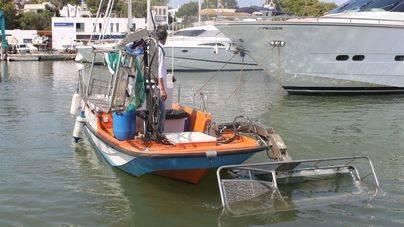 Las barcas de limpieza del litoral recogen en agosto 16,6 toneladas de residuos