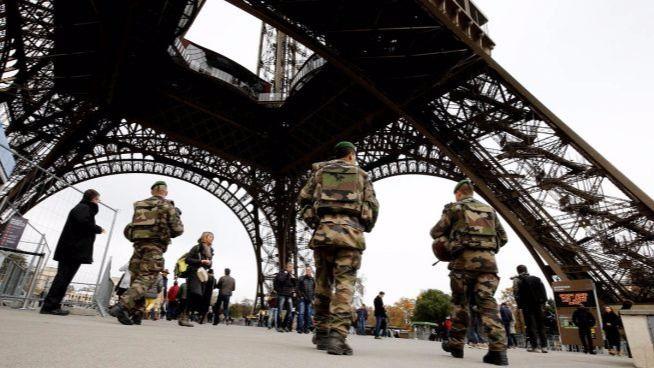 Un hombre armado con un cuchillo ataca a un militar en París