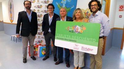 ASIMA y la Distribuidora Rotger entregan material escolar a las familias de la Escoleta
