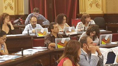 Diputados de Més per Menorca muestran imágenes de urnas