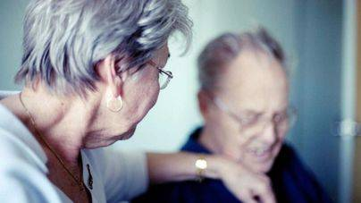 El Colegio de Psicólogos pide un plan nacional contra el Alzheimer que incluya cuidadores