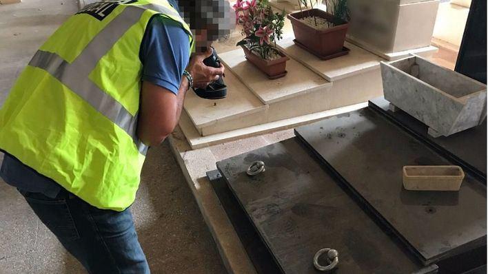 Dos detenidos por robar decenas de argollas en el Cementerio de Palma para venderlas como chatarra