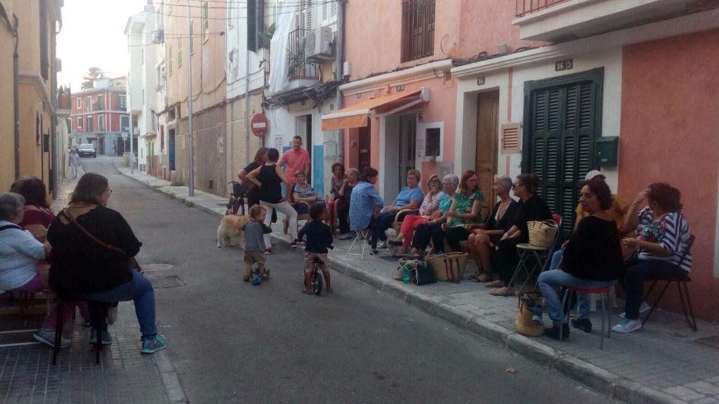 """Las vecinas de Santa Catalina sacan las sillas a la calle para reivindicar el """"seure a la fresca"""""""