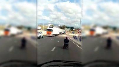 A Son Banya en silla de ruedas motorizada