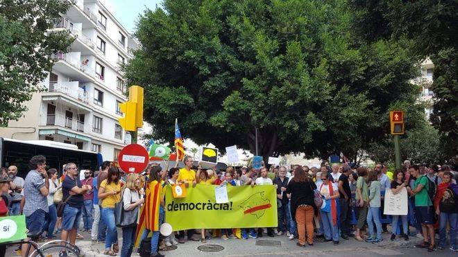 La protesta 'anti Rajoy' sólo reúne un centenar de asistentes sin presencia de miembros del Govern