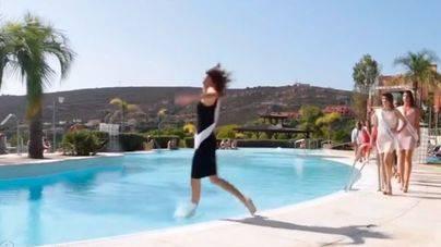 La caída a la piscina de una candidata a Miss Universo se vuelve viral