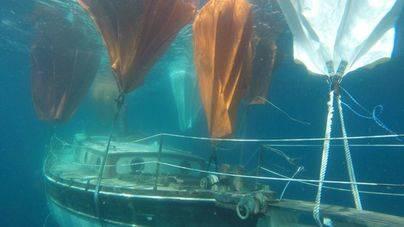 Compleja operación para reflotar el velero hundido hace dos semanas en la costa de Portals