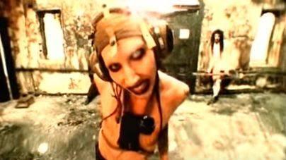 Marilyn Manson cancela gira tras ser aplastado por dos pistolas gigantes