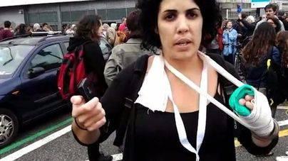 La mujer que denunció que los policías le habían roto los dedos reconoce que solo tiene capsulitis en uno