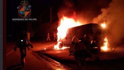 Arden dos furgonetas y la fachada de una nave del Polígono de Marratxí