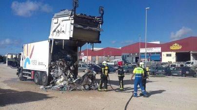 Heridos dos trabajadores tras la explosión del contenido de un camión recolector en Son Bugadelles