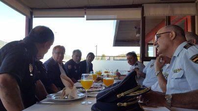 Zoido visita en Girona a policías y guardias civiles desplegados por el 1-O