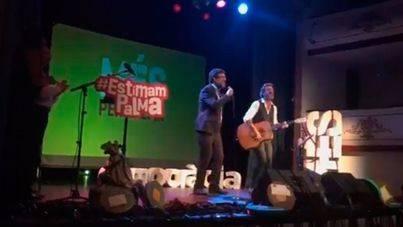 El alcalde Noguera sorprende en los Premios de Més cantando una de Antònia Font