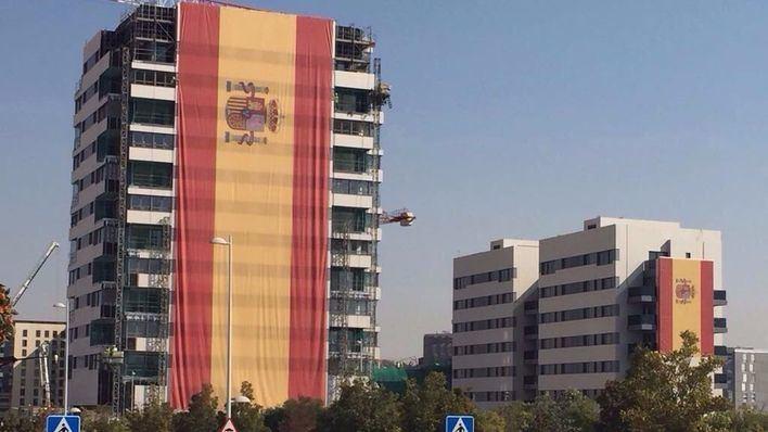 Colocan una bandera de España de 731 metros cuadrados en una fachada de Madrid