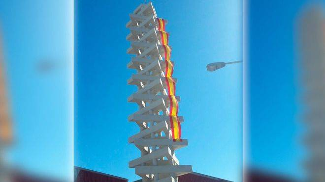Asima cuelga una bandera española de 30 metros en la torre de bomberos