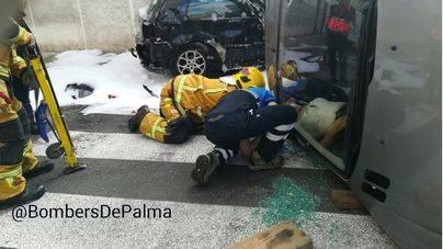 Una mujer queda atrapada tras volcar su coche y colisionar contra otros vehículos en Palma