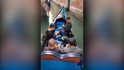 Turistas en góndola por Venecia sin levantar la mirada de su smartphone