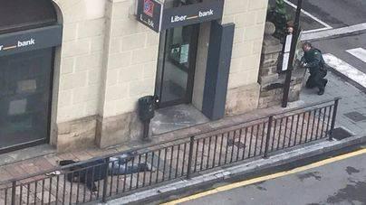 Un atraco con rehenes a un banco acaba con el suicidio de uno de los atracadores y un guardia civil herido