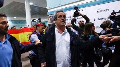 Dos exconsellers regresan a Barcelona y les recibe con gritos de