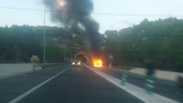 El incendio de un coche a la entrada de uno de los túneles de Andratx provoca largas colas de vehículos