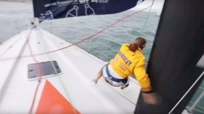 Una regatista es arrastrada a través del barco en la Volvo Ocean Race